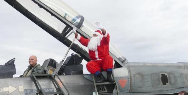 Οι γελοιότητες δεν έχουν όρια: Με αεροσκάφος της Πολεμικής Αεροπορίας προσγειώθηκε ο υποτιθέμενος  Άγιος Βασίλης