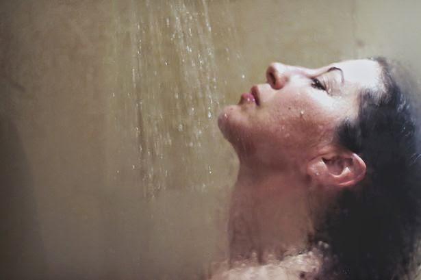bahaya mandi di malam hari bagi kesehatan tubuh
