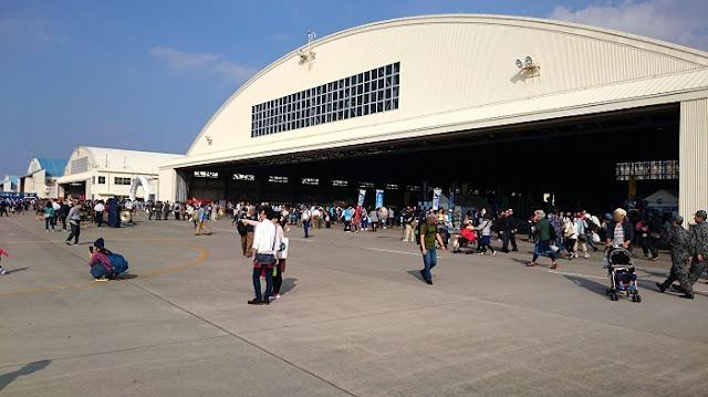 航空自衛隊那覇基地の格納庫の写真