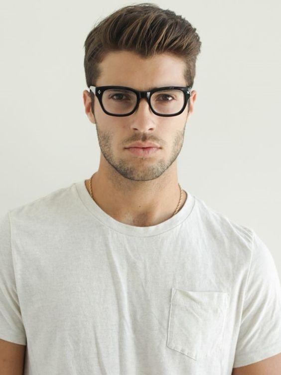 0ab0259630538 Assim como destaquei no ano passado, o Óculos Browline, com armação mais  fina na parte de baixo, na sustentação da lente, continua bem em alta agora  pra ...
