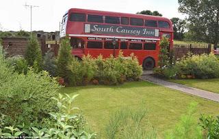 двухэтажный винтажный автобус превратили в роскошный отель