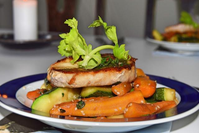 Koteletter og stegte grøntsager