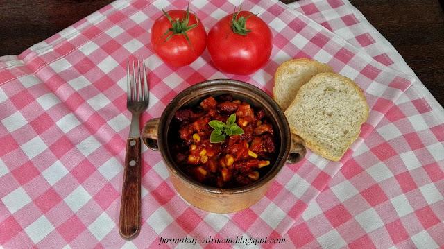 Pikantna potrawka z indyka i czerwonej fasoli w sosie pomidorowym.