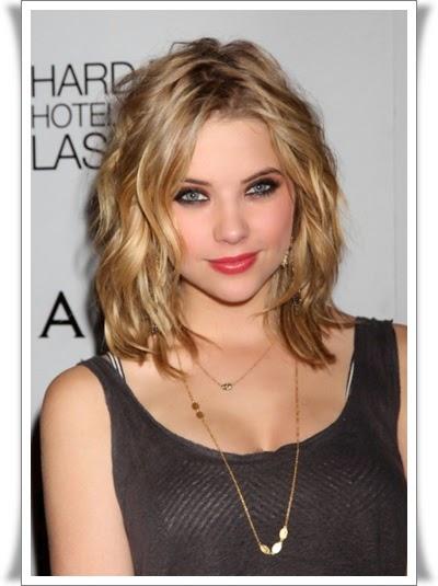 model rambut sebahu bergelombang