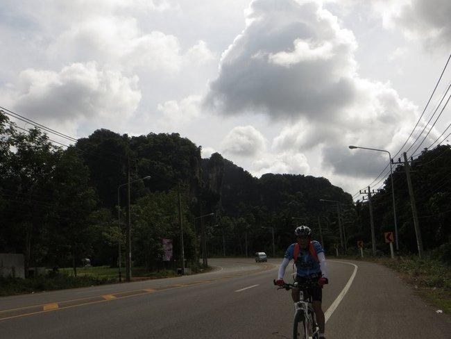 Велосипед на дороге в сторону ао нанг