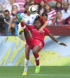 jogadoras de futebol disputam a bola