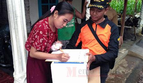 Petugas BPBD menyalurkan bantuan untuk korban banjir