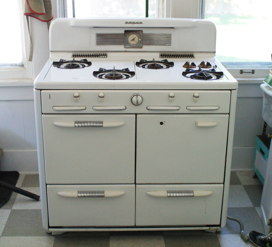 Keep Smiling: Accidental Kitchen Remodel: Vintage Stove