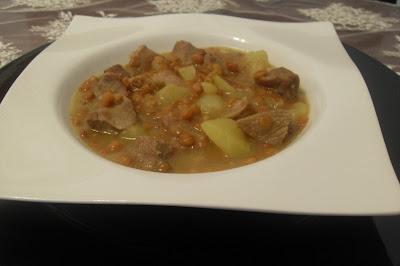 Lentejas estofadas con carne al curry.