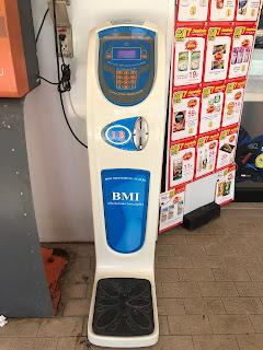 タイのコンビニに置いてある体重計