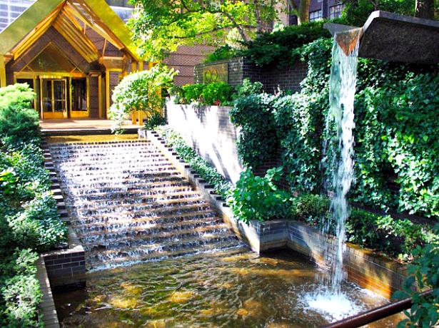 10 Desain Taman Belakang Dengan Kolam Air Terjun Mini Yang Mengagumkan