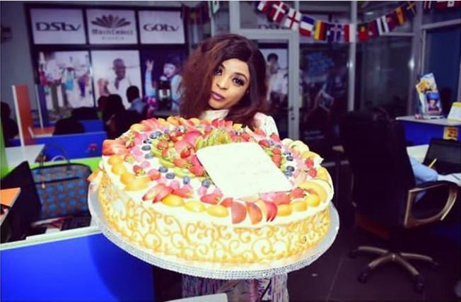 Cool Singer Oritsefemi Gifts Wife Gigantic Cake For Her Birthday Personalised Birthday Cards Veneteletsinfo
