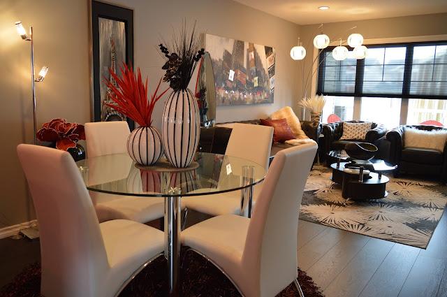 Imagem mostra ambientes integrados e decorados (sala de estar e jantar)