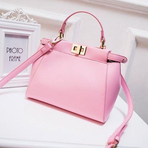 Tas merupakan salah satu aksesoris yang biasa dijual juga di distro. Banyak  pula brand-brand terkenal yang membuat desain tas beraneka ragam dengan  harga ... 5d9fe09207