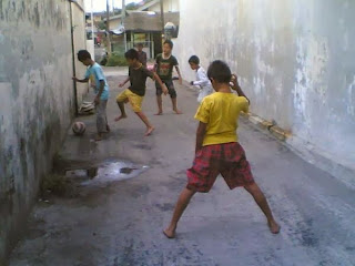 Sepakbola jalanan di gang sempit