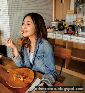 foto cantik zulfa maharani saat makan