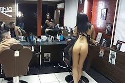 Tempat Cukur Rambut Ini Dikelola Oleh Wanita Setengah Telanjang