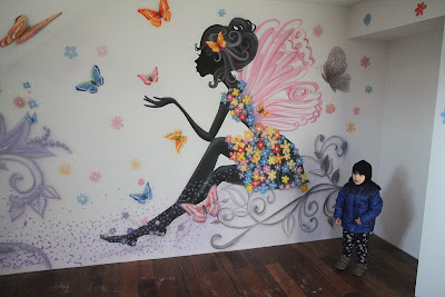 malowanie kolorowej grafiki na ścianie w pokoju dziewczynki, artystyczne malowanie ścian Warszawa
