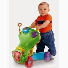 bayi lucu belajar jalan