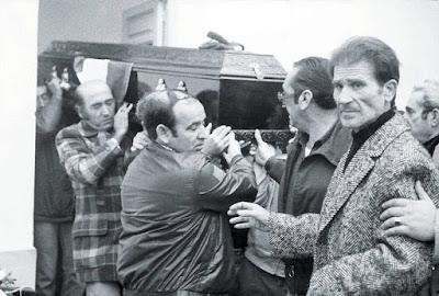 Entierro de García Caparrós. La Comisión de Encuesta sobre el asesinato del joven andaluz Manuel José García Caparrós se encuentra oculta bajo la Ley de Secretos Oficiales.