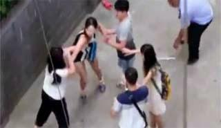 Κίνα: Τρελό ξεμάλλιασμα και ξύλο μεταξύ απατημένης συζύγου και ερωμένης (Video)