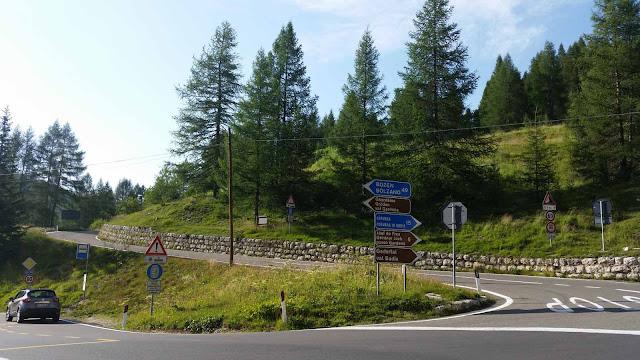 Auffahrt zum Passo Gardena, Gadertal,Val Badia Verkehrschilder, Fahrbahn, Wald