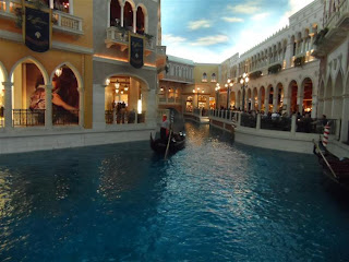 Canal e gôndula no segundo andar do The Venetian