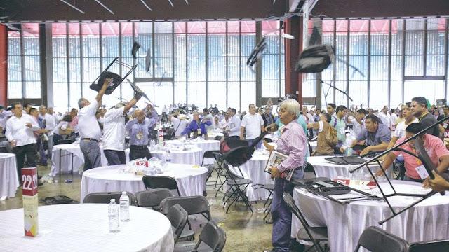 Maestros de la CETEG revientan foro educativo a golpes y sillazos
