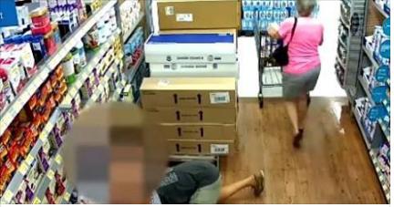 بالفيديو.. كاميرا مراقبة تفضح تصرفات متسوق الغير لائقة مع النساء .. شاهدوا ماذا يفعل بعد مرورهم من جواره !!