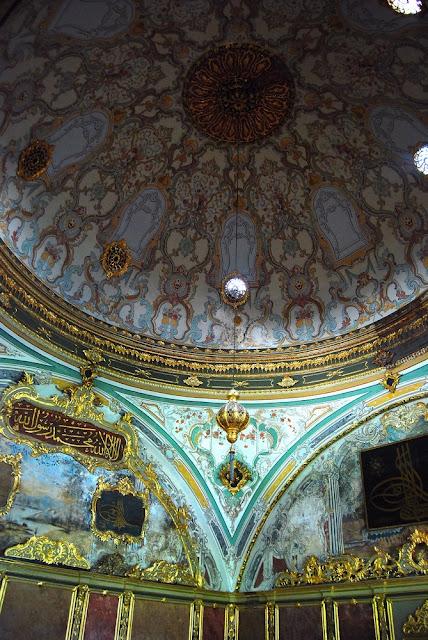 La salle Impériale ou salle du Divan, est la pièce de réunion de tous les ministres du sultan, grand vizir et vizirs. Plusieurs fois par semaine les ministres discutaient des lois de l'Empire. Les trois salles adjacentes servaient à tenir les délibérations pour la centrale à coupole, et de chambres pour les deux autres.
