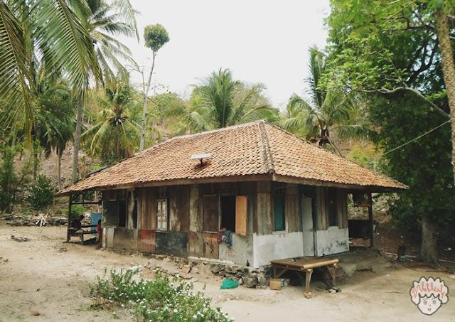Rumah Penduduk Pulau Sangiang journeyofalek.com