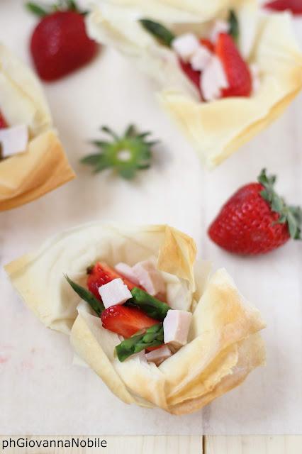 Cestini di pasta fillo con tacchino, punte di asparagi e fragole