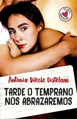 Portada de la novela de Antonio Dikele Tarde o Temprano nos abrazaremos, donde un chico sin rostro y camiseta blanca abraza a una chica de labios rojos y pelo negro.