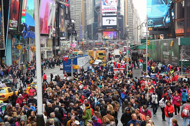 muchos personas reunidas en Times Square