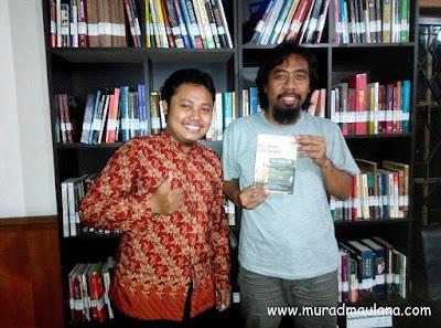 Saya bersama penulis Buku Be a Writer Librarian