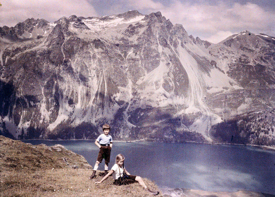 40 Old Color Pictures Show Our World A Century Ago - Heinz And Eva On The Hillside, 1925