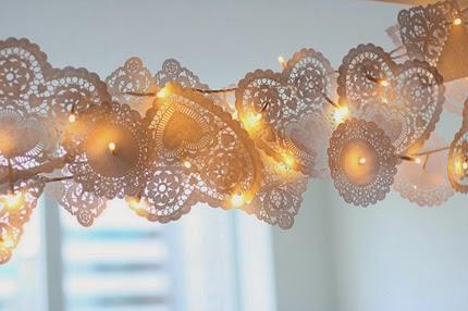 Bonita guirnalda hecha con flores y luces para dar un toque muy especial a la celebración