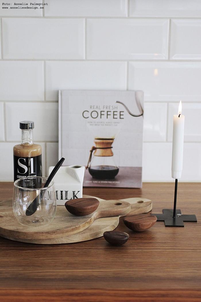 annelies design, webbutik, sverigeunderlägg, underlägg, kaffe, kaffeböna, kaffebönor, inredning, poster, barista, tavla, tavlor, kök, köket, köks, nicolas vahe, kaffesirap, mugg, dubbla glas, dekoration, mjölkkanna, mjök, mjölkbringare, tetra, mjölkpaket,
