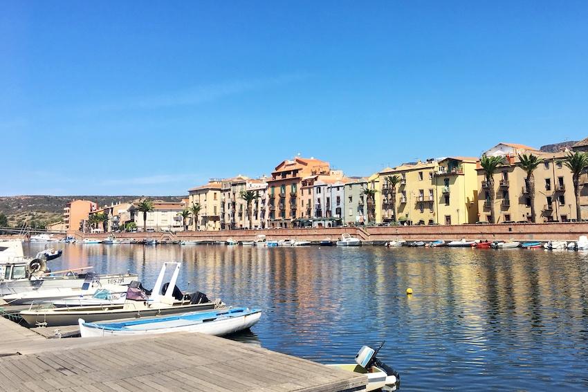 Blick auf die Altstadt Bosas vom Flussufer aus