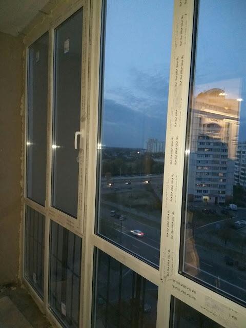 На фотографии показано остекление балкона на Троещине