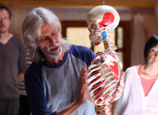 トレーニングで内なる解剖学を教えるアヌブッダの写真