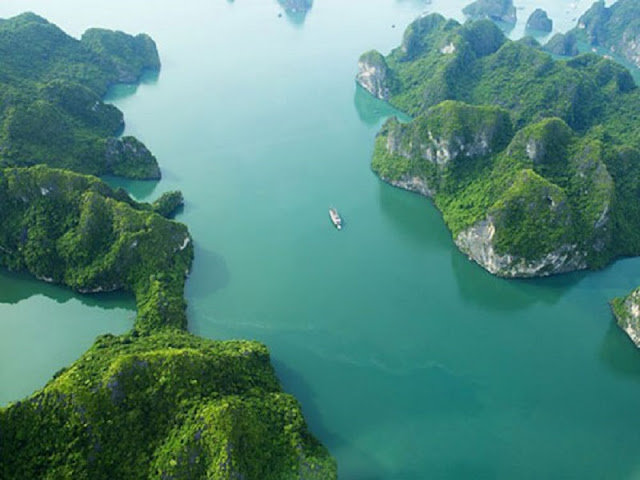 A photograph of the beautiful places in Halong Bay 2