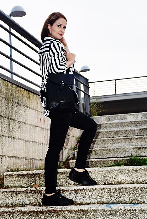 Outfit-blanco-negro-camisa-rayas-6