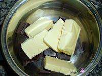 Derritiendo el chocolate y la mantequilla