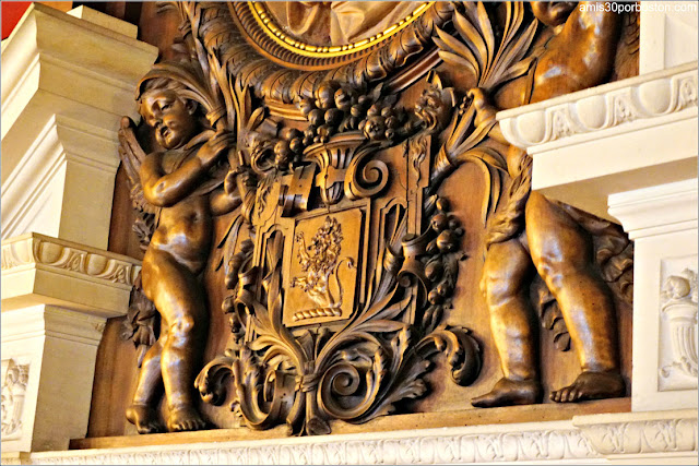 Decoraciones de la Chimenea de la Biblioteca de la Mansión The Elms en Newport
