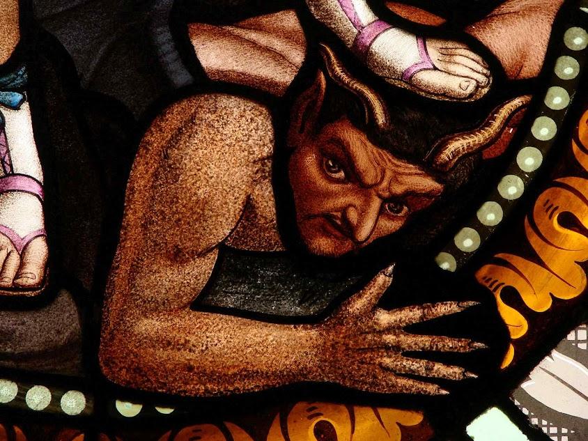 Satanás esmagado pelo arcanjo São Miguel. Vitral da igreja de Saint-Martin, Florac,  Lozère, França.