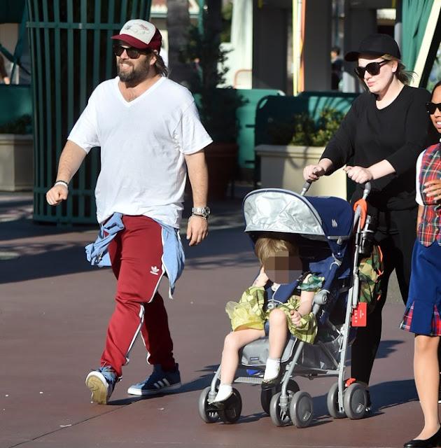 Adele va a Disney con su hijo vestido de princesa.