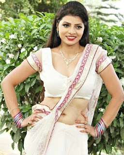 Kanak Yadav beautiful picture in white saree and show her hot navel.