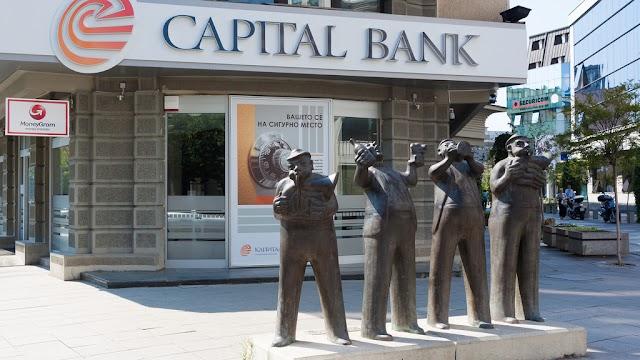 Bild des Tages - Umtrunk vor der Bank in Skopje