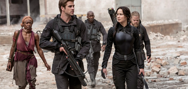 Katniss (Jennifer Lawrence) și o unitate de soldaţi din District 13